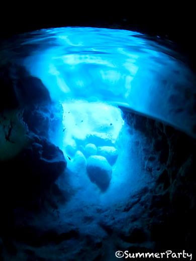 崖下 ダイバー限定青の洞窟
