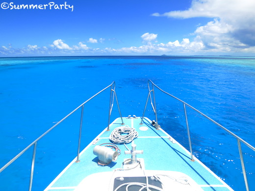 八重干瀬ブルーの海を船上から眺める