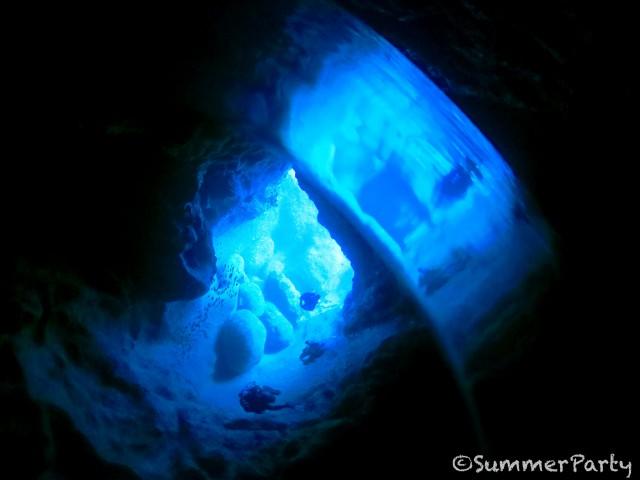 崖下 青の洞窟